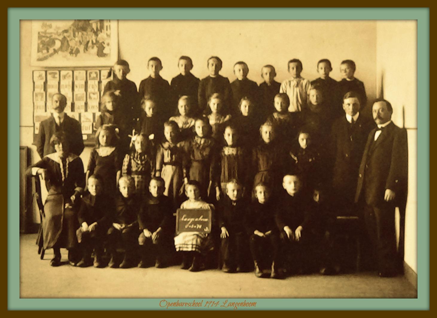 Foto met bord moeder van fam, Peters school Langenboom 1914 2